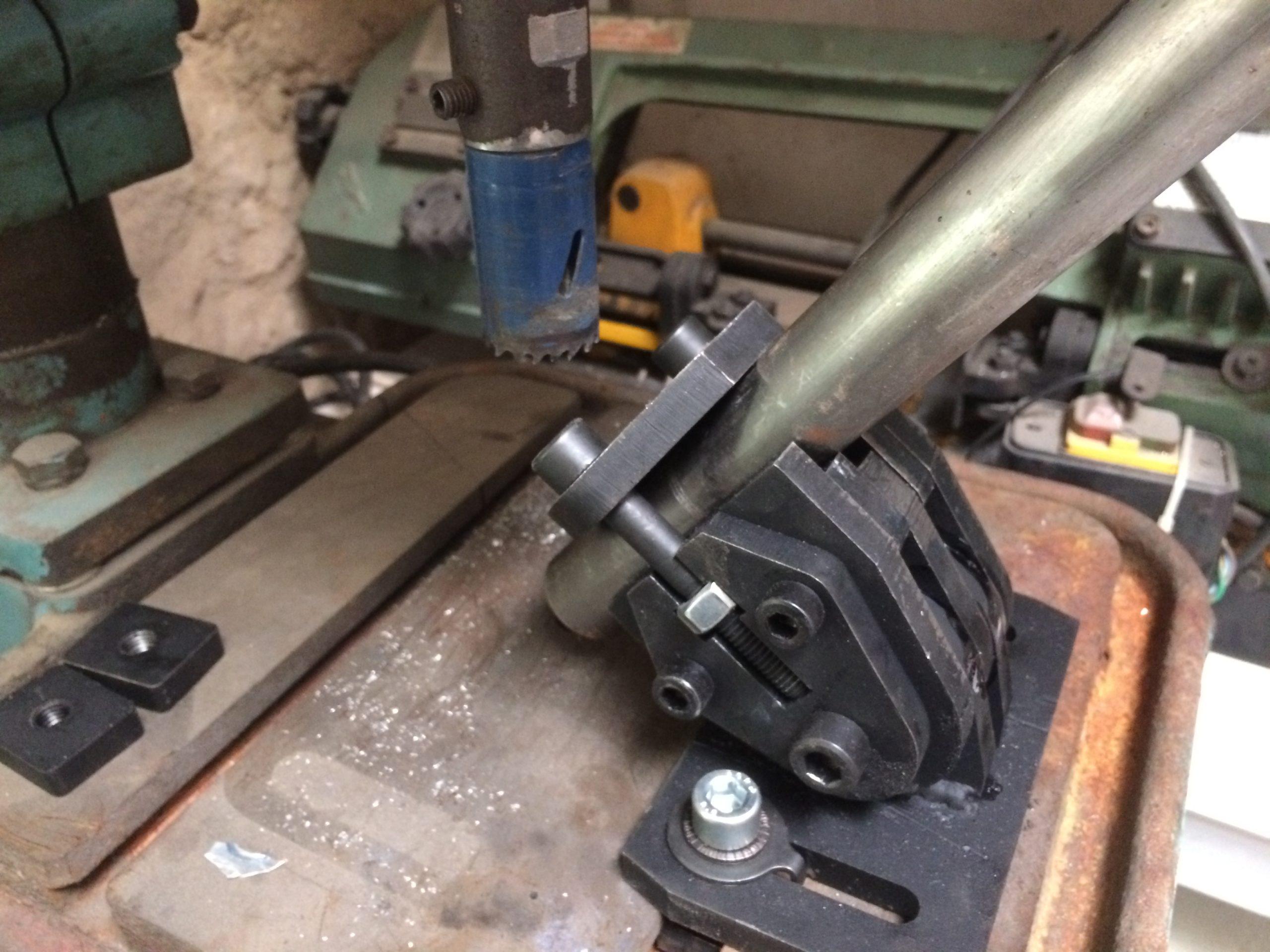 Приспособление для врезки в трубах под углом